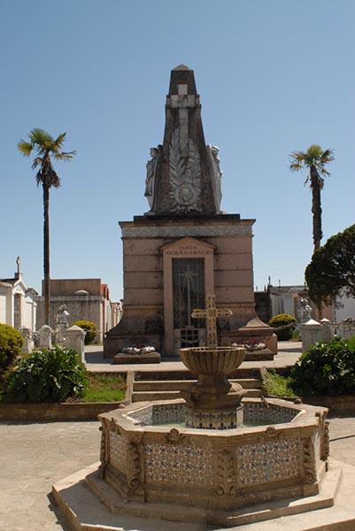 Photograph of the mausoleum with a fountain in front of it.