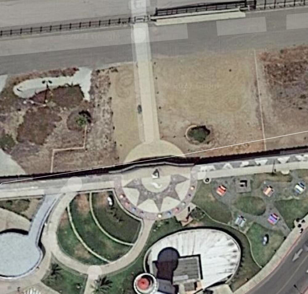 Vista aérea que muestra dos muros fronterizos paralelos que dividen Friendship Park y El Parque de La Amistad.